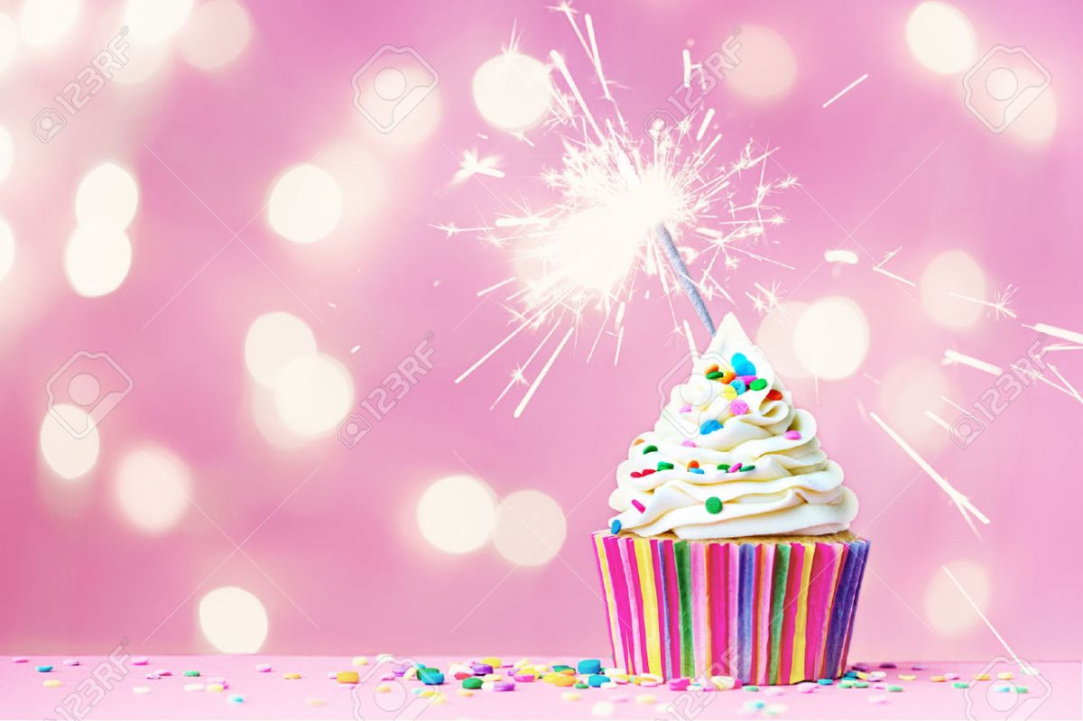 37598599-pink-cupcake-with-sparkler-and-fairy-lights-stock-photo-birthday-cake-cupcake
